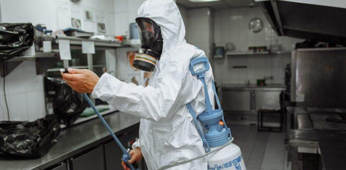 Специалист СЭС по уничтожению мокриц